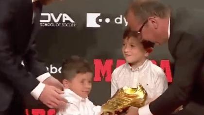 El divertido momento en el que los hijos de Messi 'pelearon' por la Bota de Oro
