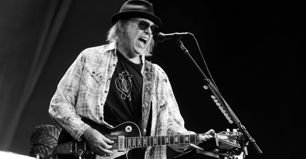 Neil Young anuncia nuevo documental 'Mountaintop' y comparte tráiler