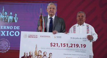 AMLO da cheques de cartón a municipios de Guerrero que aún no pueden cobrar los alcaldes