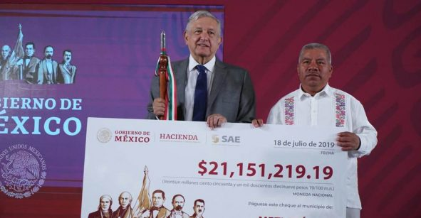 AMLO promete ayuda a municipios de Guerrero pero sólo ha dado cheques de cartón