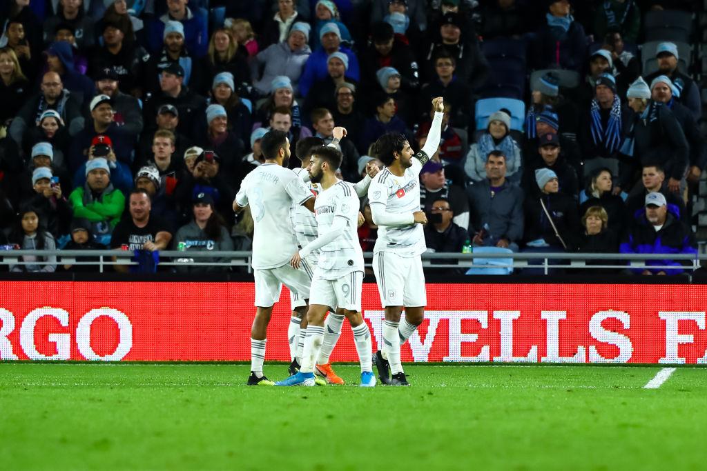 Ibrahimovic va por la cabeza de Carlos Vela
