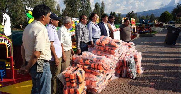 Alcalde reparte 700 chalecos salvavidas en trajineras de Xochimilco