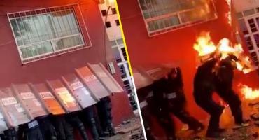 Prenden fuego a policías CDMX en un enfrentamiento con personas desalojadas
