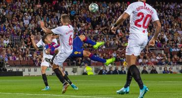 Golazo de chilena de Suárez y Messi de tiro libre en el repasón al Sevilla de Chicharito