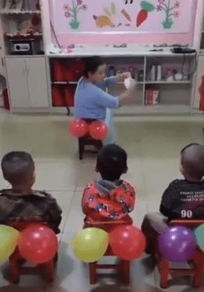 Maestra de kinder le enseña a sus alumnos a limpiarse con papel higiénico con ayuda de... ¿globos?