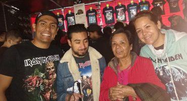 Mamá viaja con su hijo invidente a la CDMX para narrarle el concierto de Iron Maiden