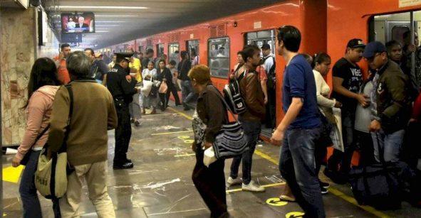 Se armaron los cates: Desalojan todo el tren del Metro por pelea de mujeres con gas pimienta