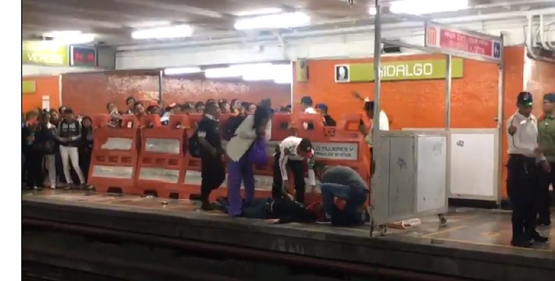 Ya no se asomen: Metro CDMX golpeó a usuario por rebasar la línea amarilla