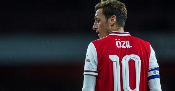 ¡Aplausos, crack! Ozil se ofreció a pagar el sueldo de 'Gunnersaurus' para que vuelva al Arsenal
