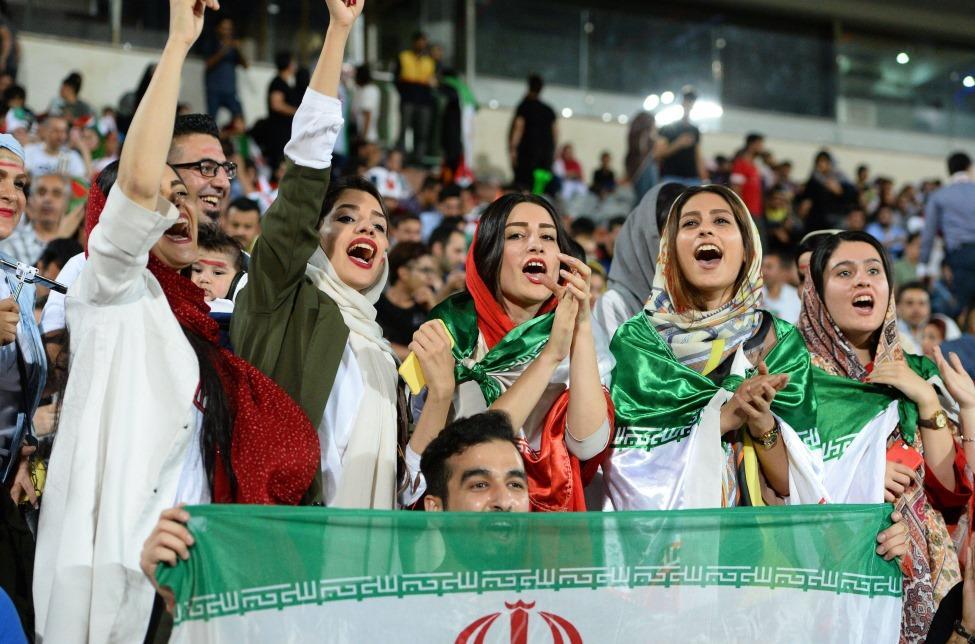 Mujeres verán un partido de futbol en Irán por primera vez en 40 años… pero con 'limitantes'