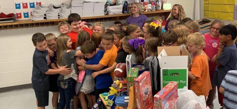 Niños arman la cooperacha y compran juguetes para su amigo que perdió todo en un incendio