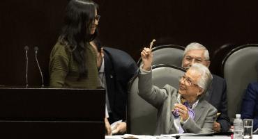Pa' que se ponga astral: Diputada le regala churro de marihuana a Sánchez Cordero
