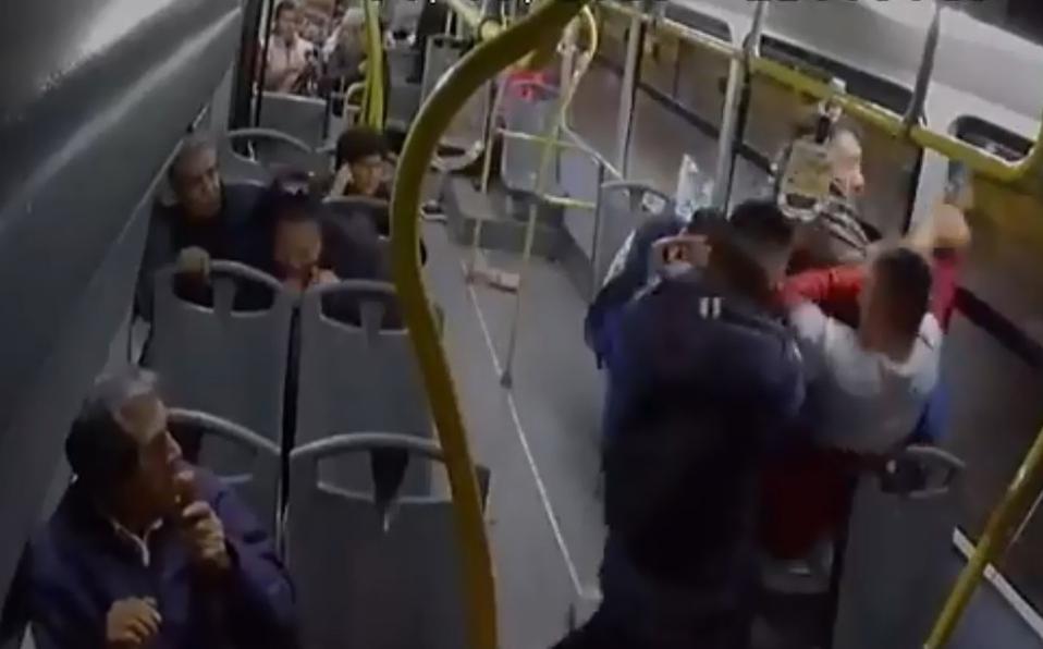 Captan momento en el que pasajeros enfrentan y desarman a asaltantes en la CDMX