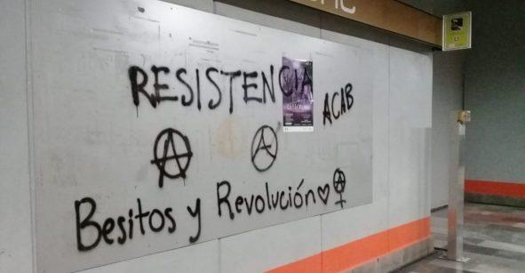 Encapuchados vandalizan estaciones del Metro CDMX en apoyo a Chile