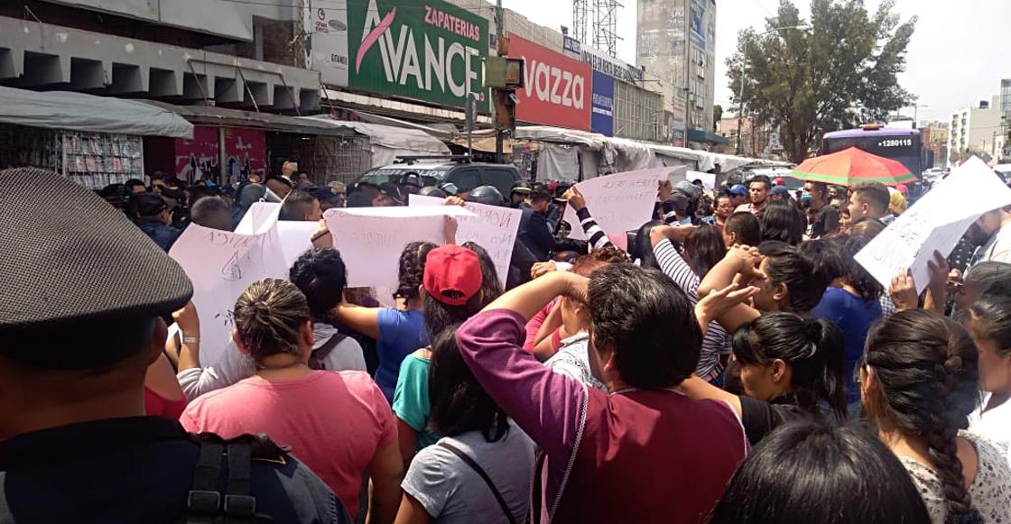 Comerciantes se enfrentan a policías federales cerca del metro San Cosme