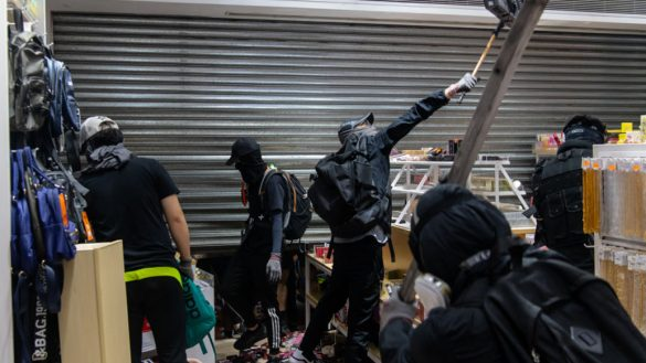 """Sorry, wrong bank""; manifestantes se disculpan con grafitis por destruir el banco equivocado"