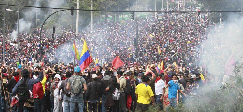 Presidente de Ecuador decreta toque de queda parcial ante protestas