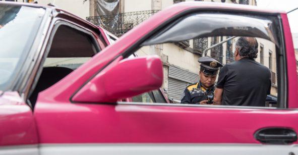 Taxista amarra con cable de cargador a joven para abusar de ella durante un viaje