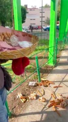 Mujeres policías intentan llevarse a vendedora de churros y como no pueden le tiran su mercancía