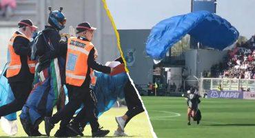 Paracaidista aterrizó en medio del campo durante el Sassuolo vs Inter de Milán