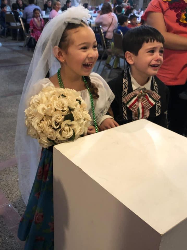 ¿Te recuerda a alguien? Las reacción opuesta de estos niños durante su boda en una kermés se vuelve viral