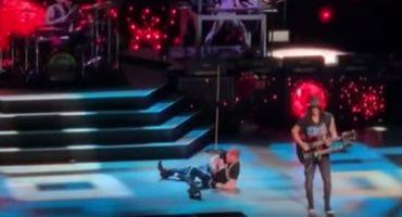 ¡Santo juangabrielazo! Aquí el momento en el que Axl Rose se cae en pleno concierto