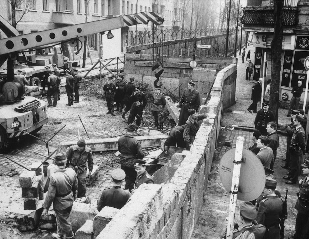 Construcción-muro-de-berlin-alemania