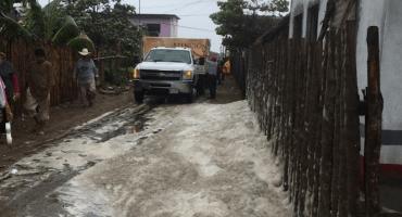 Y en Tabasco, espuma marina inunda las calles de la villa Sánchez Magallanes