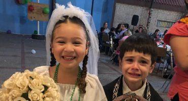 ¿Te recuerda a alguien? La reacción opuesta de estos niños durante su boda en una kermés se vuelve viral