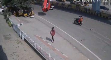 ¡Trágico accidente! Automóvil cae desde un segundo piso y mata a una persona