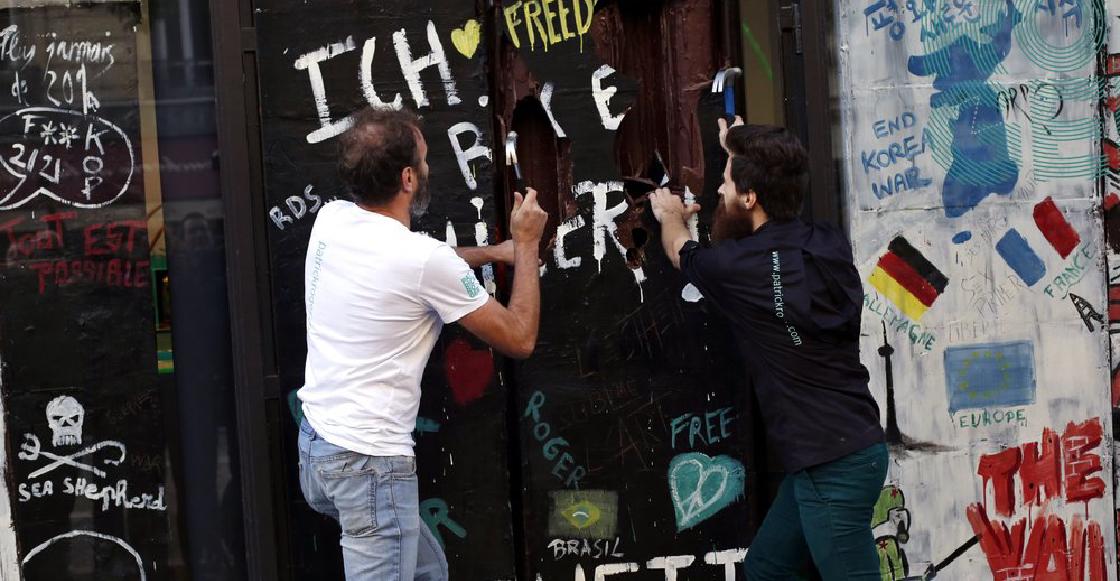 ¡Deliciosa conmemoración! Derriban replica del Muro de Berlín hecha completamente de chocolate