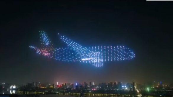 Aviones formados por drones iluminados conquistan el cielo de China