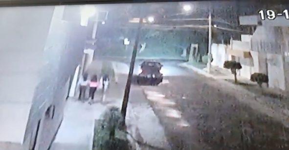 México mágico: Sujetos corretean a unas jovencitas para presuntamente subirlas a su camioneta