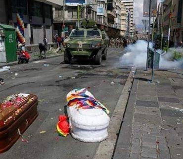 Reprimen en Bolivia a manifestantes que cargaban ataúdes con las víctimas