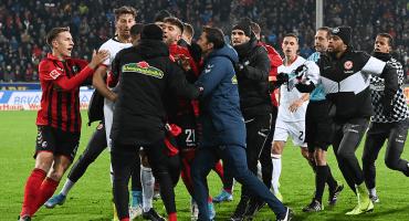 Capitán del Frankfurt es suspendido seis partidos tras agredir al DT del Friburgo