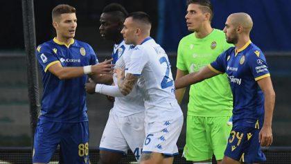 Vetan al estadio del Hellas Verona y a 'barristas' por racismo contra Balotelli