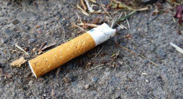 ¿Tiras las colillas de cigarro al piso? Proponen multas de hasta 25 mil pesos