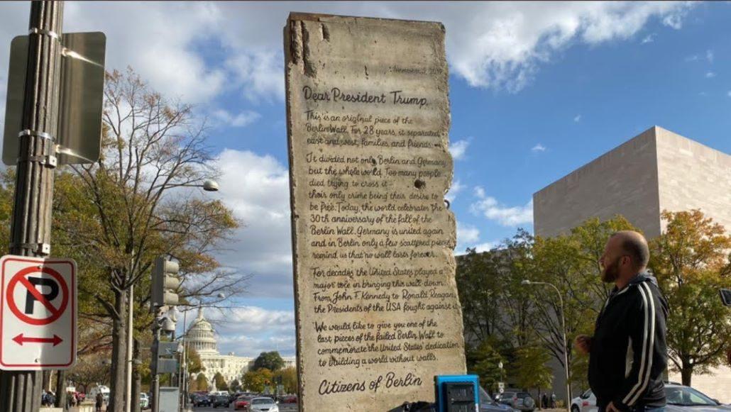 Trozo original del Muro de Berlín es colocado en la frontera entre México y Estados Unidos