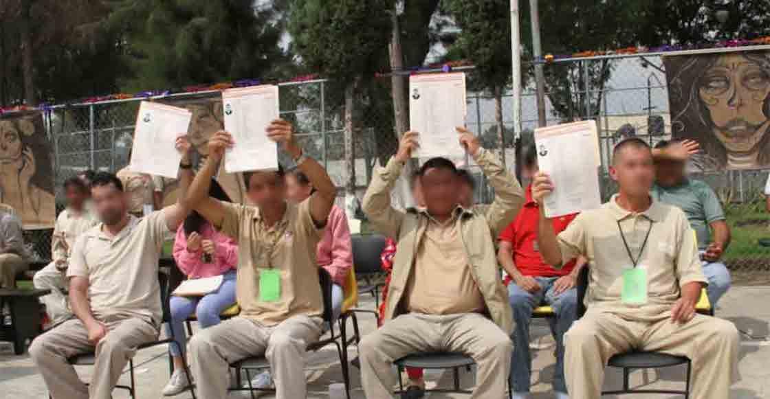 cuatro-presos-reclusorio-oriente-carcel-reciben-titulo-licenciados-derecho-abogados-01