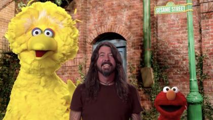 Aprendiendo a guitarrazos: Checa a Dave Grohl cantando con Elmo y Big Bird de Plaza Sésamo