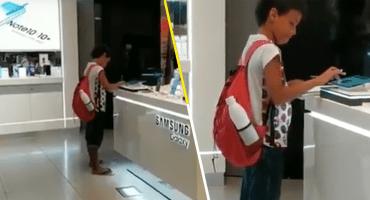 Todo se puede en esta vida: Este niño utilizó una tablet en un centro comercial para terminar su tarea