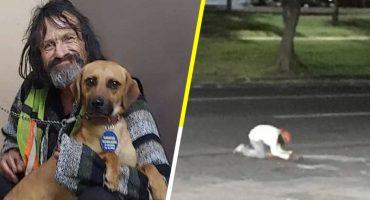 Hombre en situación de calle llora a su perrito atropellado e internet se une para ayudarlo 😭