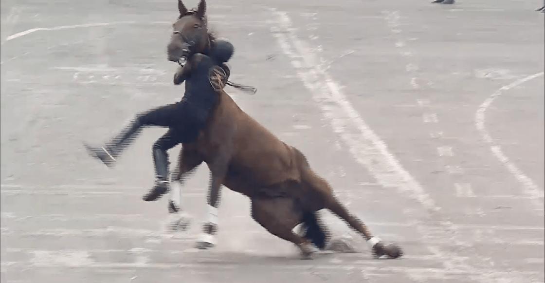 jinete-caballo-se-cae-desfile-revolucion-mexicana-01