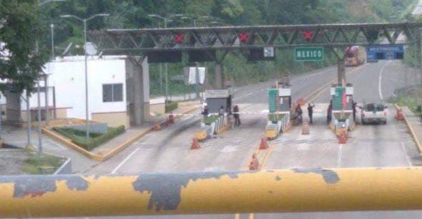 Autoridades y civiles se enfrentan en caseta de Malpasito, Tabasco; hay un muerto