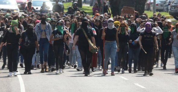 Feministas marchan en la UNAM: Se suspenden clases por enfrentamientos