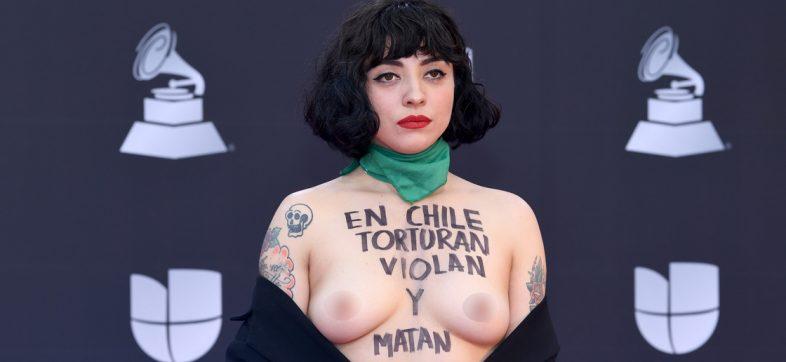"""""""En Chile torturan y violan"""": La poderosa protesta de Mon Laferte en los Latin Grammys"""