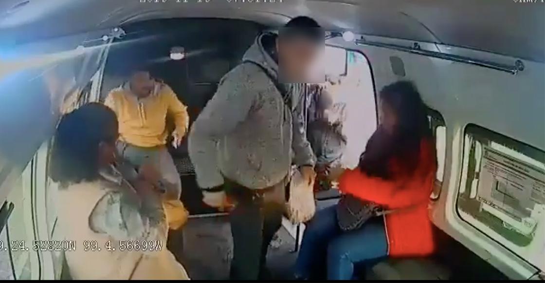 """Qué descarado: Delincuente le pide a niña que """"no chille"""" durante asalto a una combi en Iztapalapa"""