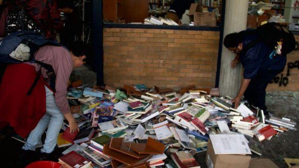 orgullo-alumnos-estudiantes-unam-ciudad-universitaria-fila-limpiar-organizar-libros-vandalizada-video