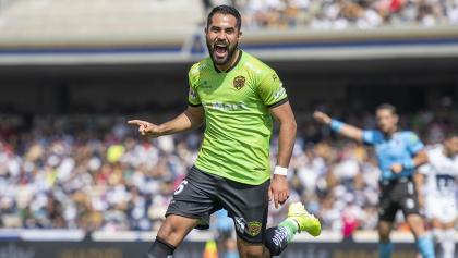 Juárez y los postes hacen el primer milagro para Chivas en empate de Pumas