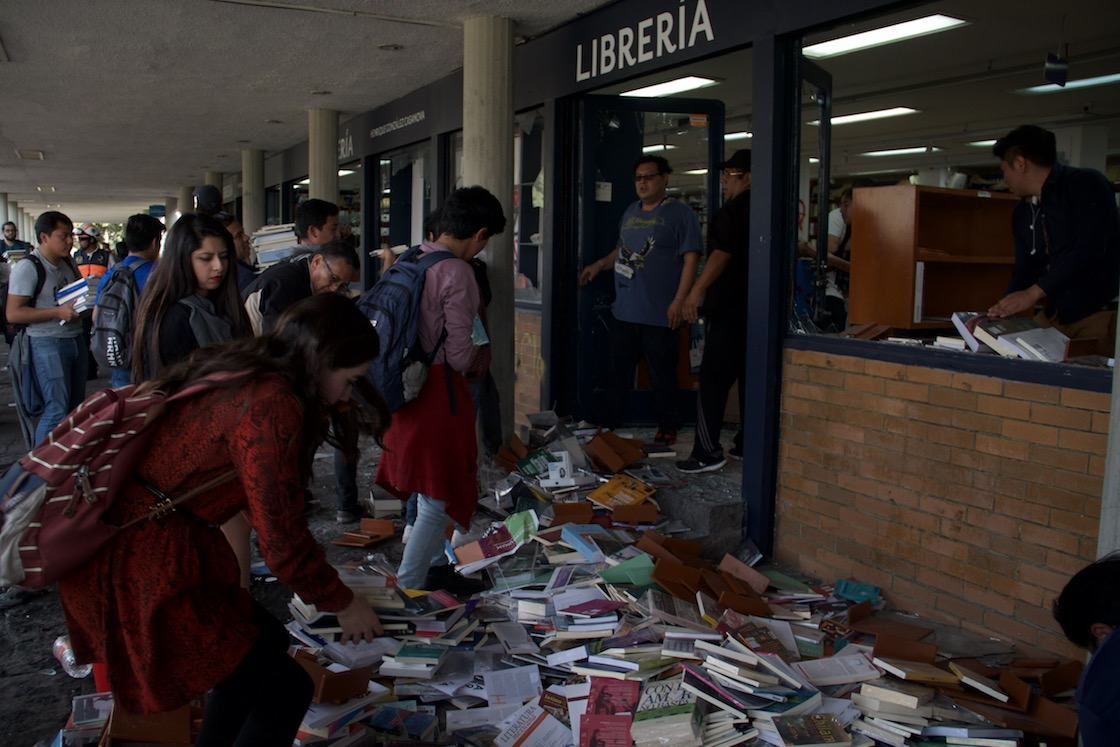 quemar-incendio-romper-vidrios-libreria-rectoria-unam-cdmx-02